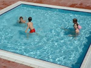 Bimba di 6 anni rischia di annegare in piscina tr news notizie lecce brindisi taranto - Bambini in piscina a 3 anni ...
