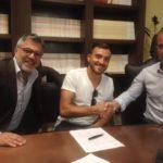 Il calciatore Sergio Contessa stringe la mano al presidente onorario Saverio Sticchi Damiani dopo la firma del contratto