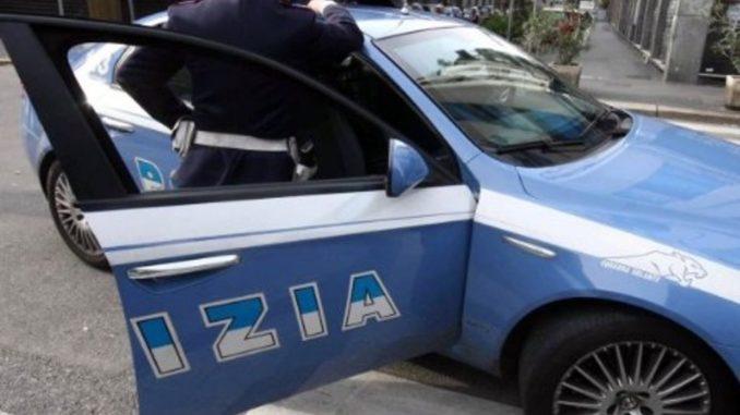 Choc a Napoli, poliziotti picchiano e sputano ad un giovane in strada