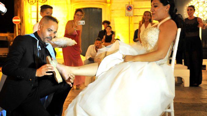 Sposi nella piazza del paese 013a53da474