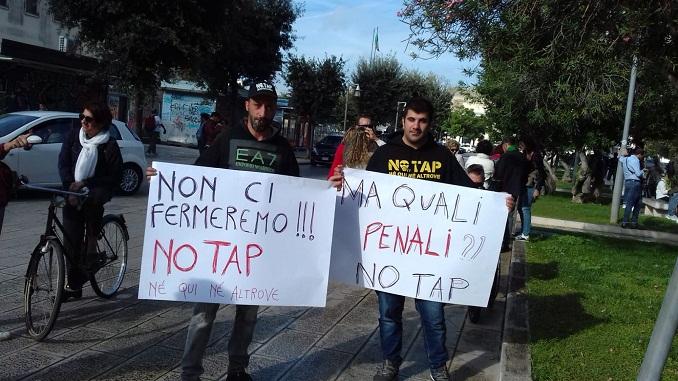 No Tap, manifestazione a San Foca di Puglia: bruciate tessere elettorali
