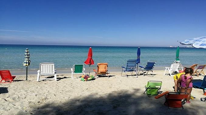 Ombrelloni Per La Spiaggia.Ombrelloni Piazzati Gia All Alba La Spiaggia E Dei Fanta