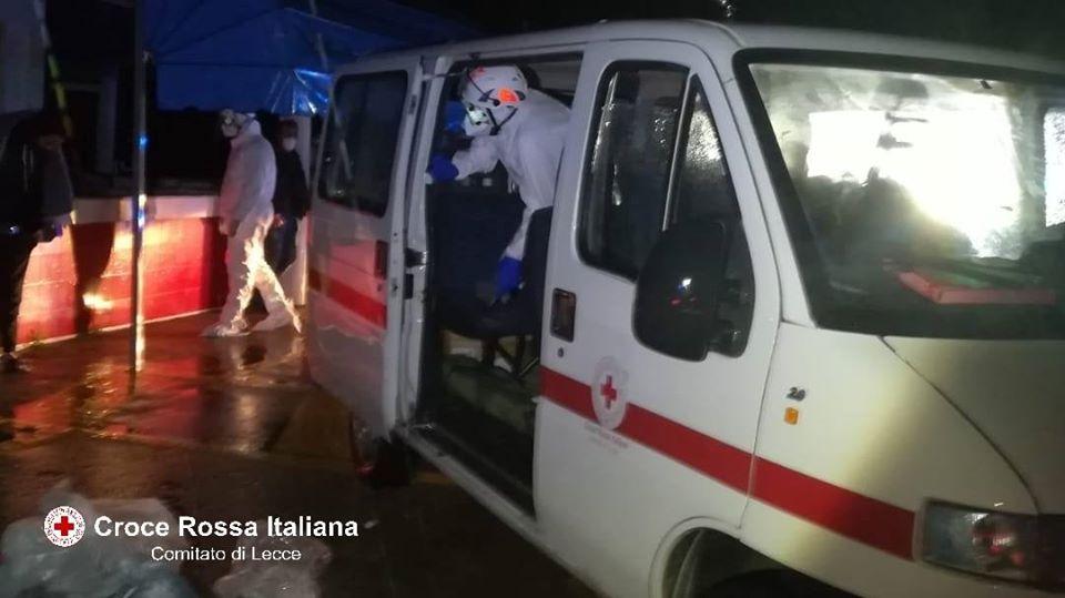 Salento, 33 migranti sbarcano a San Cataldo: donna incinta ricoverata